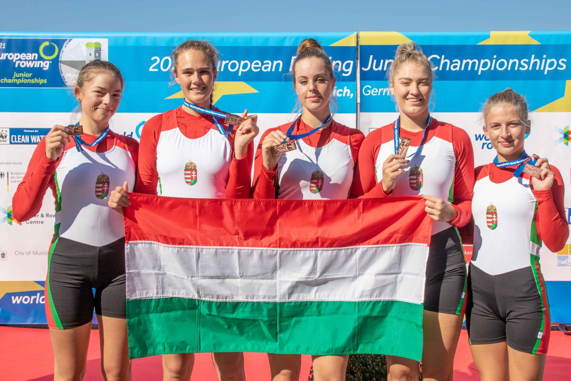 >Váci versenyző a bronzérmes női ifi krományos négyesben